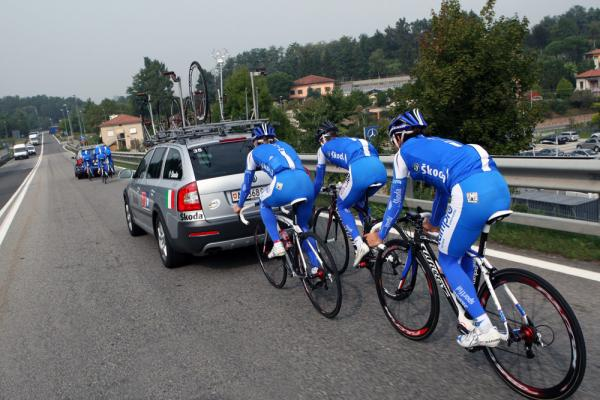 The Italian squad break into smaller groups for motorpacing.